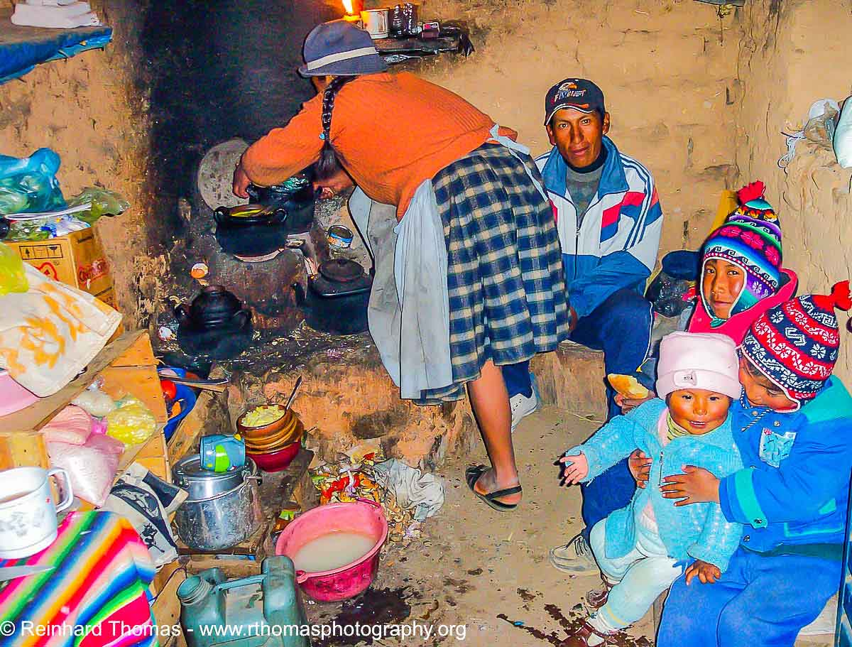 Quechua Indian host family by Reinhard Thomas ©