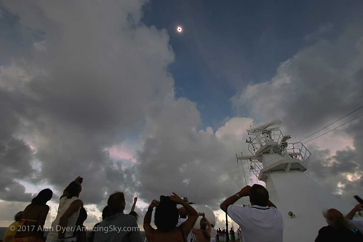 2005 Eclipse over the South Pacific (10 mm wide angle lens) by Alan Dyer ©